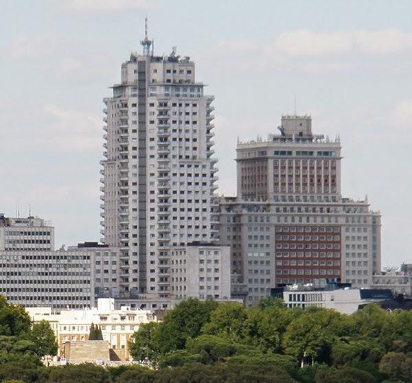 La blanca Torre Madrid y el rojiblanco Edificio España, vistos desde el extrarradio de la ciudad.