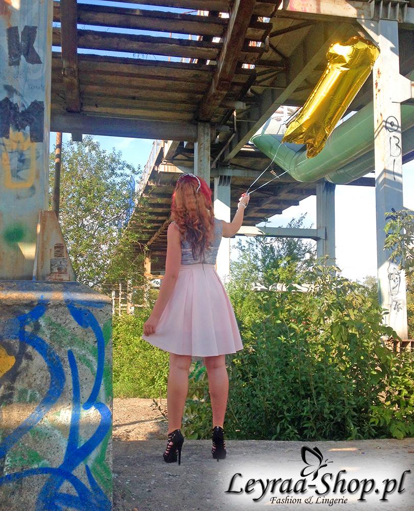 Urodziny firmy leyraa-shop.pl cz.2 - Siwo-różowa sukienka, czarne sandały zamszowe na szpilce, naszyjnik z pereł, opaska tiara, niebieskie gwiazdki robione elinerem