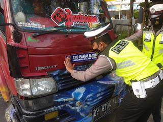 """Gugah Kesadaran, Satlantas Polres Enrekang Pasang Stiker """"Ayo Pakai Masker"""" di Mobil"""