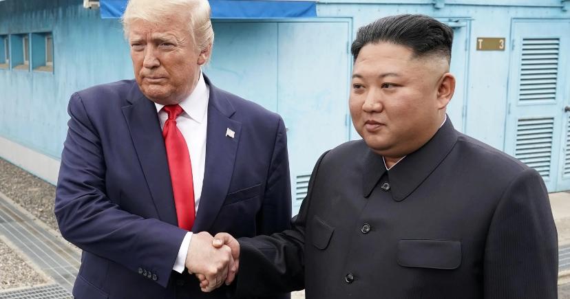 Poignée de main respectueuse et menton tendu: quand Trump