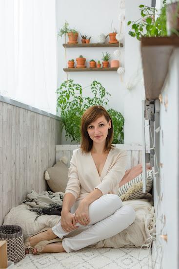kobieta na balkonie w bloku