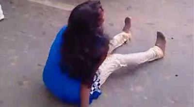 लड़की को पुलिस ने सरेआम बेरहमी से पीटा