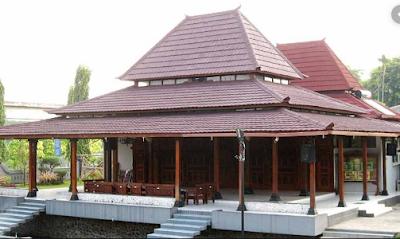 Sebagai bangsa indonesia kita seharusnya bersyukur tinggal di negara yang kaya akan berba Macam-macam Rumah Adat Yang Ada di Pulau Jawa