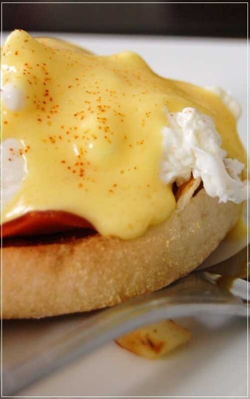 Eggs Benedict, butter,Canadian bacon,Eggs,English muffins,vinegar,Breakfast
