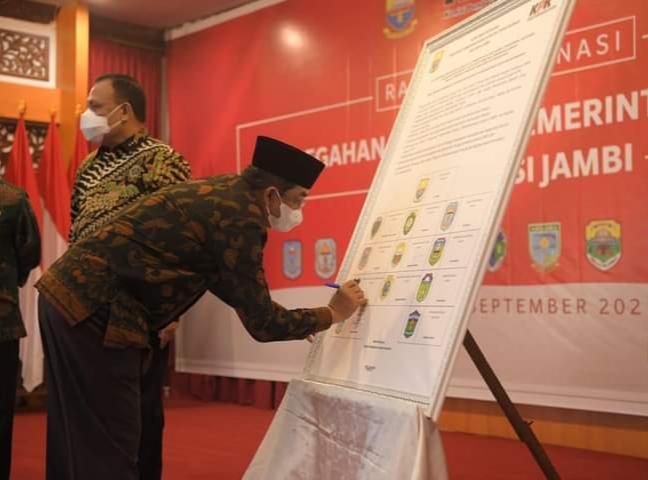 Bupati Tanjabbar Ikuti Rakor Pencegahan Korupsi Pemerintah Daerah Se-Provinsi Jambi dan Penandatangan Fakta Integritas