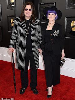 Pai e filha: Ozzy foi visto em janeiro, parecendo um pouco mais como antes, quando compareceu ao Grammy com uma bengala ao lado de sua filha Kelly