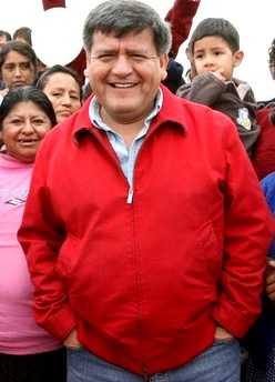 Foto de César Acuña con la gente del pueblo