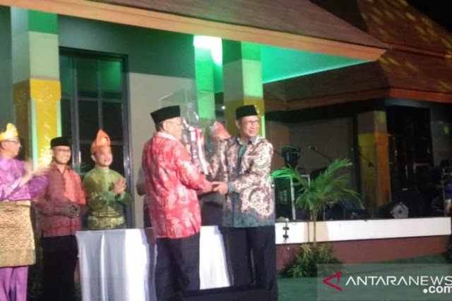 Religion Minister Lukman Hakim Syaifudin handed over the trophy of the President of National STQ to the representatives of the DKI Jakarta government who were overall champions in the XXV National STQ event held in Pontianak City, West Kalimantan. (Rendra Oxtora)