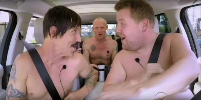 RHCP se desnudan y cantan en un auto para show de TV