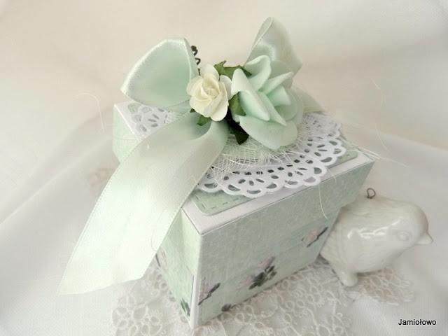 miętowe pudełko z kwiatami