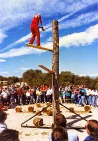 """Foto: J. A. Adell. Actuación de """"aizcolaris"""" en la romería de San Quílez en Binéfar (16 de abril de 1990)"""