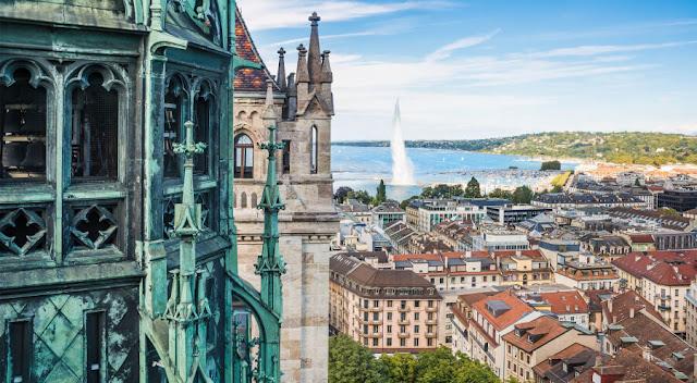 """Geneva nổi tiếng xinh đẹp ở Thụy Sĩ còn được mệnh danh là """"thành phố xanh"""" với hơn 20 công viên nằm trong trung tâm. Đây cũng là điểm dừng chân nghỉ ngơi, thư giãn và cắm trại lý tưởng cho người dân và du khách. Ngoài ra, thành phố này còn nổi tiếng nhờ những lâu đài cổ tích tựa lưng vào núi và quay mặt ra sông thơ mộng nhưng lại hùng vĩ không kém như Château de Chillon, Place Bourg du Four hay khu quảng trường có tuổi đời bằng tuổi của thành phố này. Một lý do nữa kéo chân du khách đến với Geneva chính là khu bảo tàng Philippe Patek, nơi bạn sẽ được chiêm ngưỡng bộ sưu tập đồng hồ Thuỵ Sĩ khổng lồ khiến bao người thèm thuồng."""