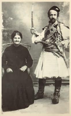 Φώτο: Ο Θεόφιλος φωτογραφίζεται δίπλα   στη μητέρα του φορώντας φουστανέλα   και ζωσμένος άρματα, με το σπαθί υψωμένο   ως ήρωας της Επανάστασης