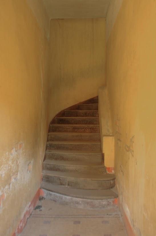Chi tiết cầu thang tầng trệt của biệt thự cổ bỏ hoang ở Đà Lạt