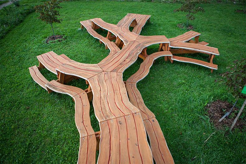 Mesas de madera bifurcadas y en bucle por Michael Beit