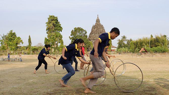 Dolan tradisional di lapangan Candi Sojiwan