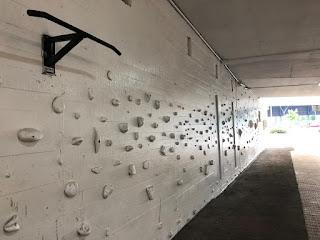 Muro de escalada pintado