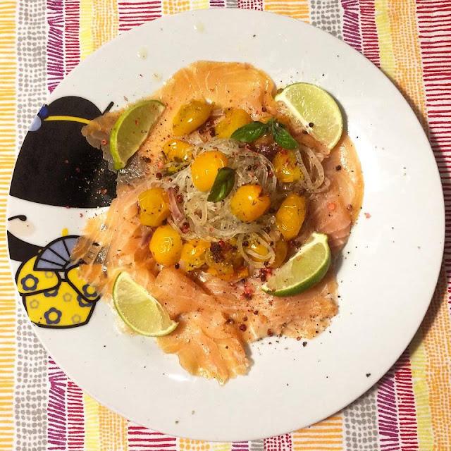 Shirataki salmone, lime e pomodorini gialli