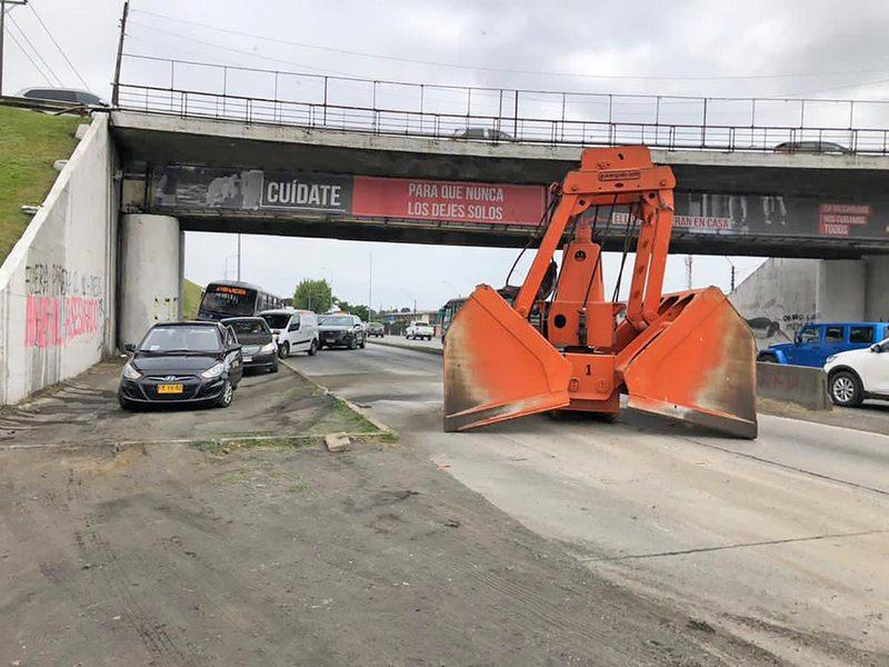 Camión chocó contra el puente Perales y ahora deben demolerlo