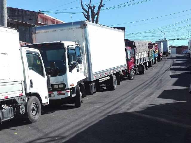 En Ipís: Cierran área verde utilizada por agricultores de la feria y camiones van a la calle