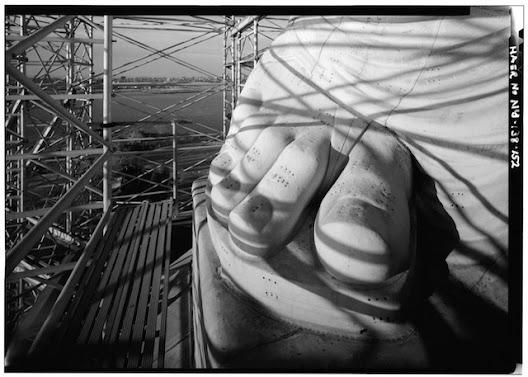 Phần bàn chân của bức tượng nữ thần tự do