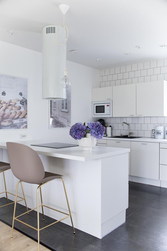 Villa H, keittiön sisustus, baarituolit, Gubi Beetle baarituolit, valkoinen keittiö