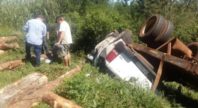 Mártires: se desprendió acoplado que transportaba pino de un camión e impactó contra un auto