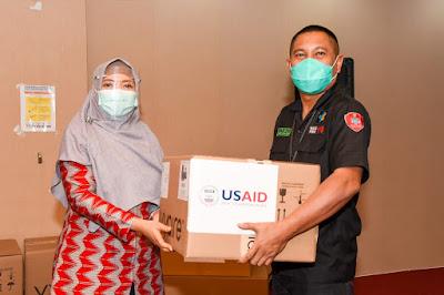Wagub NTB Salurkan Bantuan USAID untuk Enam Rumah Sakit