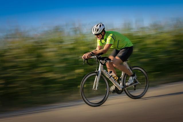 Ciclista pedalando sozinho