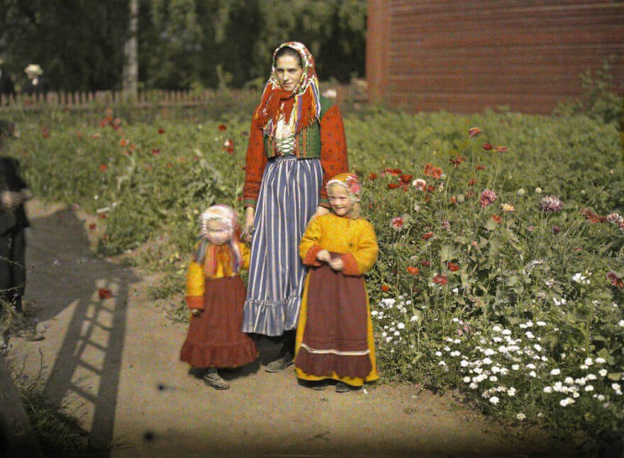40 Old Color Pictures Show Our World A Century Ago - Sweden, Near Gagnef (Mother And Daughter In Traditional Clothes), 1910