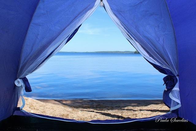 Järvinäkymä teltan oviaukosta