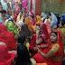 तीज : सोलहों श्रृंगार के साथ व्रती महिलाएं पहुंची मंदिरों में, पुरोहितों को दान दी श्रृंगार पेटिका
