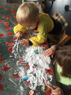 Enfants jouant avec de la neige artificielle, DIY