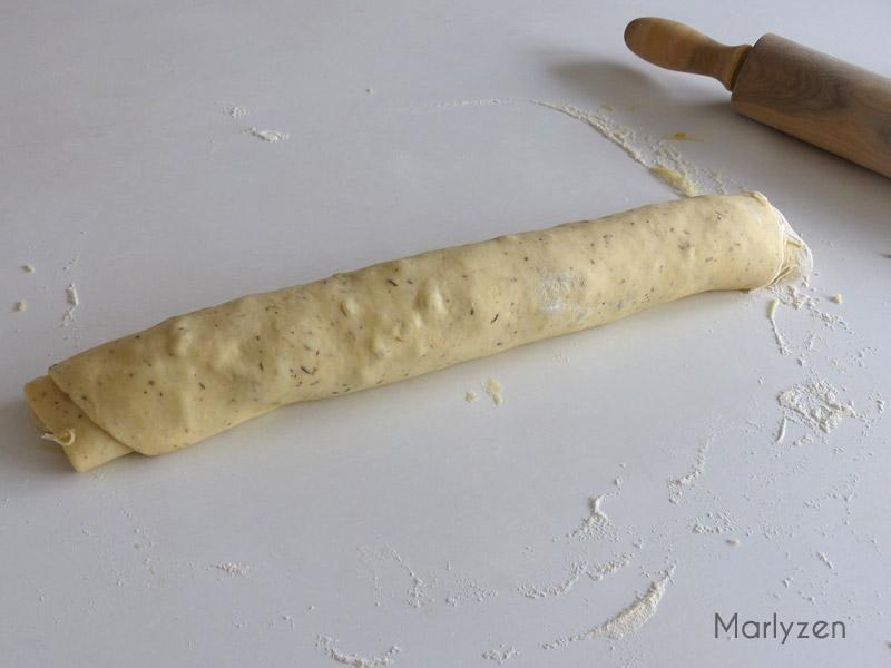Roulez la pâte en un gros boudin.