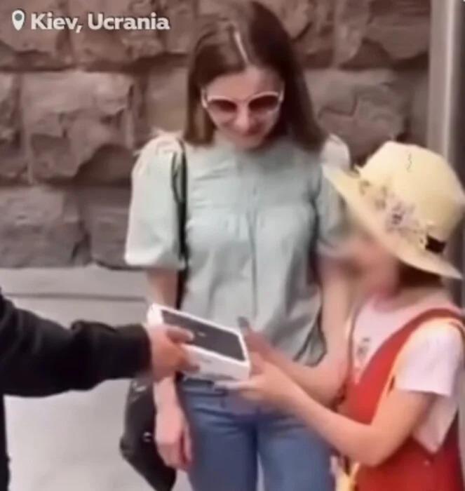 Le regala un iPhone y se lo quita al terminar de grabar