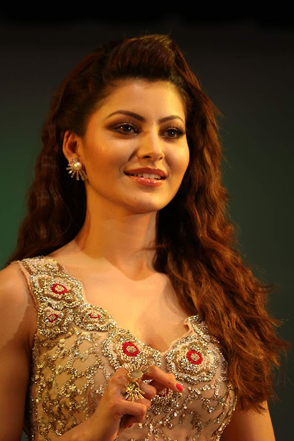 urvashi-rautela-in-traditional-dress