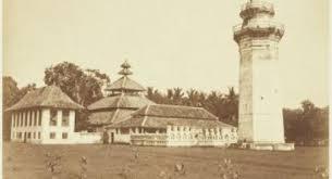 Makna dari tumpak tiang masjid Banten yang berbentuk labu  KEUNIKAN MASJID AGUNG BANTEN DAN BUKTI AKULTURASI BUDAYA PADA MASJID AGUNG BANTEN