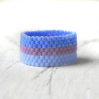 Нежное кольцо из бисера в сиренево-голубых тонах