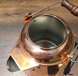 ファイヤーサイド グランマーコッパーケトルは、銅製のため熱伝導率が良く、内側は錫(スズ)メッキされている