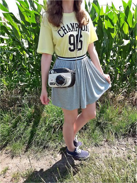 Limonkowy T-shirt Champion 96 Femme Luxe, szara spódniczka Pepco, granatowe tenisówki Auchan, torebka aparat Zaful