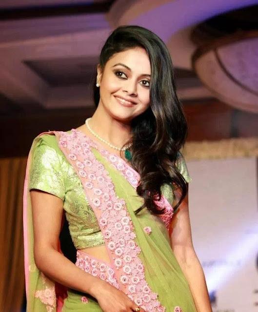 Devoleena Bhattacharjee Side-Swept Hairstyle