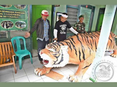 Bupati Purwakarta Kang Dedi Mulyadi Beri Patung Harimau untuk Koramil Cisewu