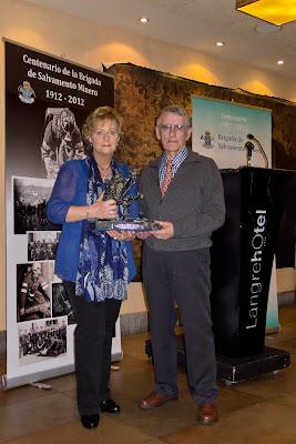 Mario y Maite recogiendo el trofeo de la Brigada de Salvamento en 2012