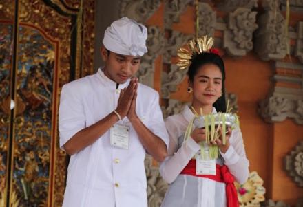 2 orang sedang berdoa