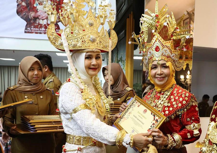 Kenakan Pakaian Adat Sai Batin, Septi Istiqlal Hadiri Pelantikan Dekranasda Provinsi Lampung