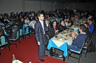 Ο Βαγγέλης Αυγουλάς μιλάει ενώ έχουν ανοίξει τα φώτα στο πρώτο δείπνο της Αθήνας