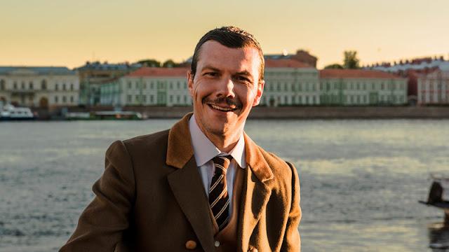Ο Ιωάννης Παπαζήσης μπροστά από τον ποταμό Νέβα στην Αγία Πετρούπολη της Ρωσίας
