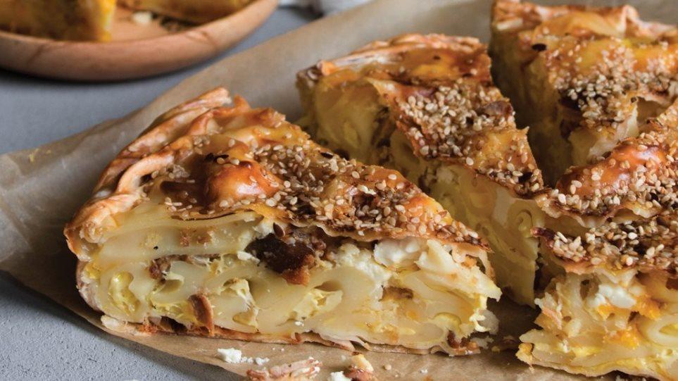 Η συνταγή της ημέρας: Λαχταριστή μακαρονόπιτα με καβουρμά & τυριά