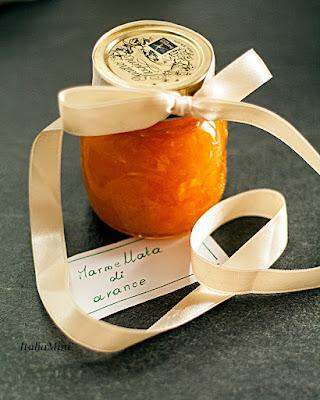 Słoiczek marmolady pomarańczowej.