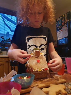 assembly decoration Gingerbread House Making